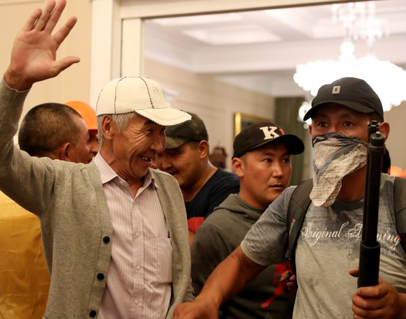epa07761275 Supporters of Kyrgyz former President Almazbek Atambayev guard his house during an operation of state security forces to detain Atambayev, who was accused of corruption, in the village of Koy - Tash near Bishkek, Kyrgyzstan, 07 August 2019. According to media reports one person was killed and 46 people were injured in the unsucessfull raid to detain ex-president Atambayev.  EPA/IGOR KOVALENKO