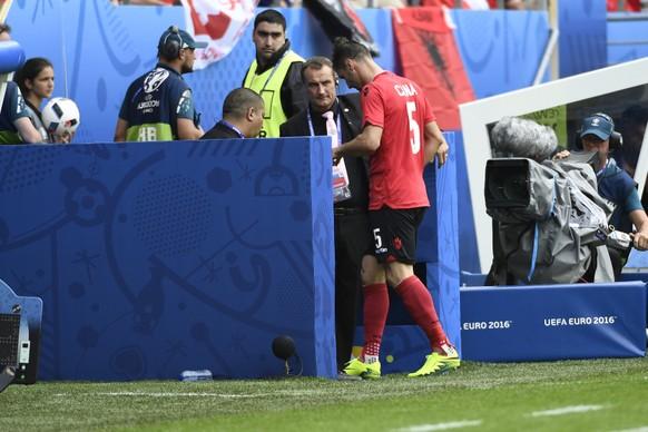 11.06.2016; Lens; Stade Bollaert-Delelis ; Soccer - EM France 2016 - Albania - Switzerland; Lorik Cana (ALB) muss wegen der roten Karte vom Feld (Alain Grosclaude/freshfocus)