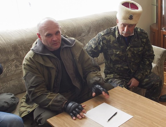 epa04764421 A file photo made available at 23 May 2015 shows pro-Russian rebels commander Aleksey Mozgovoi (L) speaking with journalists in Luhansk, Ukraine, 14 April 2014. According to reports, commander of 'Prizrak (Ghost)' brigade Aleksey Mozgovoi was gunned down outside Mikhailovka village of Luhansk area on 23 May 2015. Mozgovoi was the opponent of Igor Plotnitsky, 'leader' of self-proclaimed Luhansk People's Republic (LNR), with whom he long fought for control in the LNR. Luhansk authorities are reporting six people were killed alongside Mozgovoi, including press secretary, bodyguards, and head of security service.  EPA/IGOR GOLOVNIOV