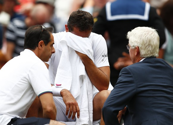 epa06091041 Marin Cilic of Croatia in trouble as he plays Roger Federer of Switzerland in the men's final of the Wimbledon Championships at the All England Lawn Tennis Club, in London, Britain, 16 July 2017.  EPA/NIC BOTHMA EDITORIAL USE ONLY/NO COMMERCIAL SALES