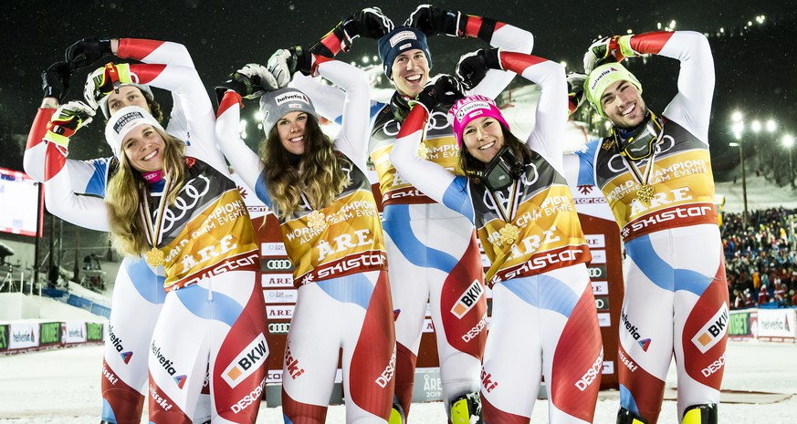Gold medals, Andrea Ellenberger, Sandro Simonet, Aline Danioth, Ramon Zenhaeusern, Wendy Holdener and Daniel Yule of Switzerland, from left to right, celebrate during the medals ceremony after the Alpine Team Event at the 2019 FIS Alpine Skiing World Championships in Are, Sweden Tuesday, February 12, 2019. (KEYSTONE/Jean-Christophe Bott)