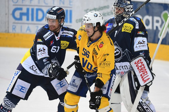 Ambri's player Franco Collenberg, Davos's player Dino Wieser and Ambri's goalkeeper Benjamin Conz, from left, fight for the puck, during the preliminary round game of National League Swiss Championship 2017/18 between HC Ambrì Piotta and HC Davos, at the ice stadium Valascia in Ambri, Switzerland, Saturday, September 9, 2017. (KEYSTONE/Ti-Press/Gabriele Putzu)