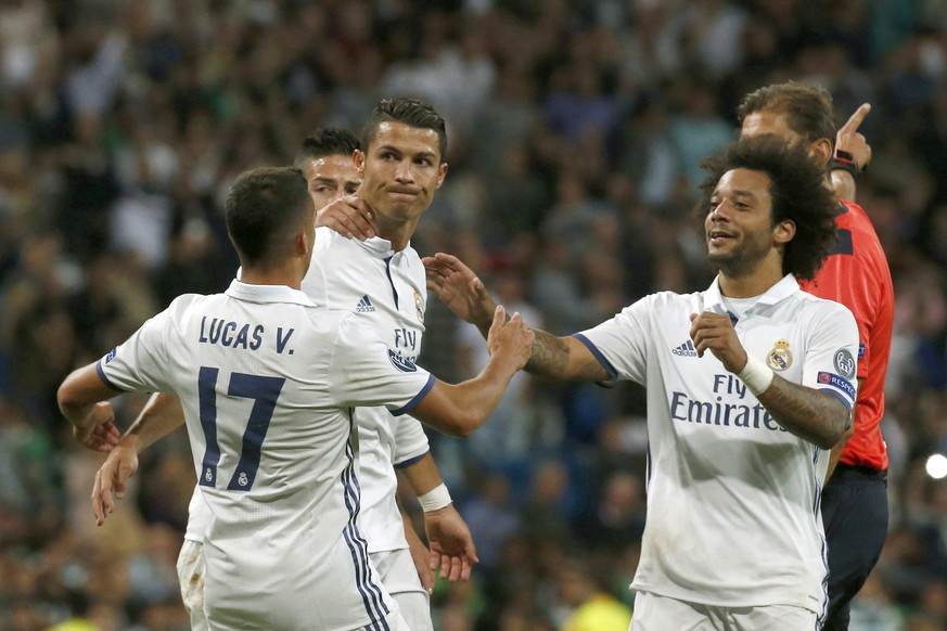 epa05539969 Real Madrid's players celebrate Portuguese striker Cristiano Ronaldo's (C) 1-1 goal during the UEFA Champions League group stage match between Real Madrid and Sporting CP at Santiago Bernabeu Stadium in Madrid, Spain, 14 September 2016.  EPA/KIKO HUESCA