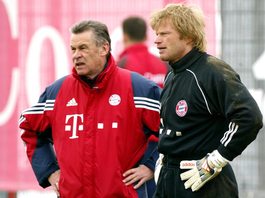 Ottmar Hitzfeld, links, Trainer des FC Bayern steht beim Mannschaftstraining am Montag, 8. Maerz 2004 in Muenchen neben Torhueter Oliver Kahn. (AP Photo/Uwe Lein)---Ottmar Hitzfeld, left, headcoach of Munich's soccer club FC Bayern stands next to goalkeeper Oliver Kahn during the team practice in Munich, southern Germany, Monday, March 8, 2004. Bayern will play a second round second leg soccer match vs Real Madrid on Wednesday. (AP Photo/Uwe Lein)