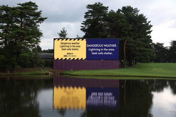 epa09375616 A large screen announces the suspension of play on the 18th hole, due to lightning in the area, during the first round of the Golf events of the Tokyo 2020 Olympic Games at the Kasumigaseki C?ountry Club in Kawagoe, Japan, 29 July 2021.  EPA/MICHAEL REYNOLDS