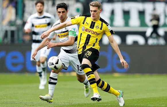 epa05921685 Moenchengladbach's Lars Stindl (L) in action against Dortmund's Matthias Ginter (R) during the German Bundesliga soccer match between Borussia Moenchengladbach and Borussia Dortmund at the Borussia-Park stadium in Moenchengladbach, Germany, 22 April 2017.  EPA/FRIEDEMANN VOGEL EMBARGO CONDITIONS - ATTENTION: Due to the accreditation guidelines, the DFL only permits the publication and utilisation of up to 15 pictures per match on the internet and in online media during the match.