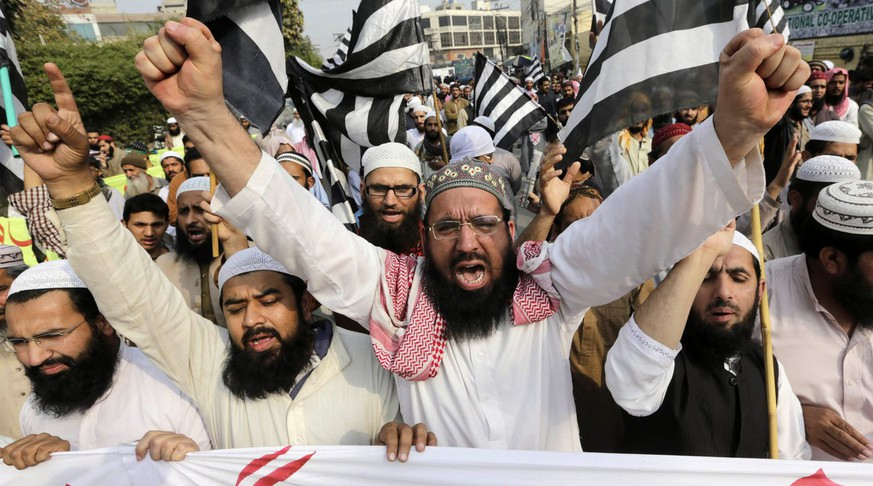 epa05188797 Supporters of Islamic political party Jamiat Ulema-e-Islam shout slogans during a protest after the execution of Mumtaz Qadri, an ex-police guard who had in January 2011 killed a former governor for opposing the country's blasphemy laws, in Lahore, Pakistan, 01 March 2016. Pakistan on 29 February hanged Mumtaz Qadri, the ex-police guard who killed Salman Taseer, the former governor for opposing the country's blasphemy laws, which impose the death penalty in some cases.  EPA/RAHAT DAR