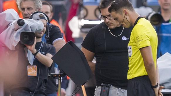 L?abitre Sandro Schaerer regarde la VAR, lors de la rencontre de football de Super League entre le FC Sion et le FC Basel 1893 ce vendredi 19 juillet 2019 au stade de Tourbillon a Sion. (KEYSTONE/Jean-Christophe Bott)