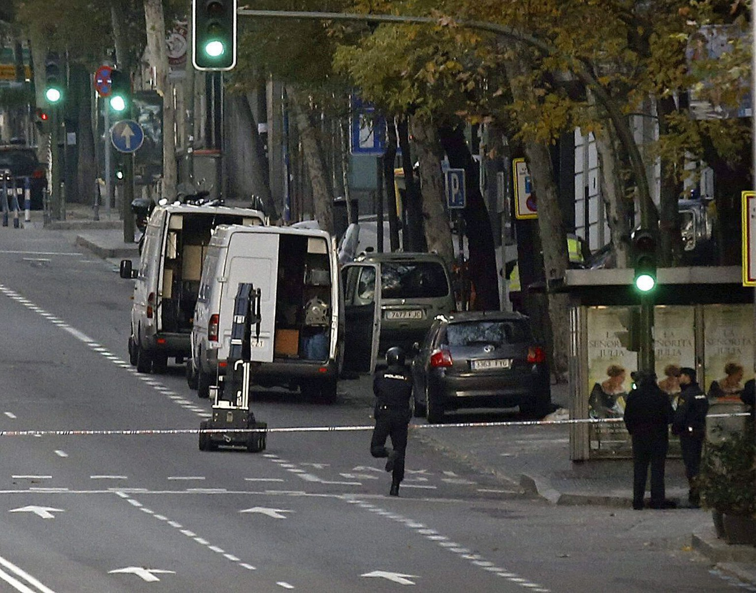 epa04534496 A general view of Genova street in Madrid, Spain, where the police have surrounded the headquarters of ruling Party PP, 19 December 2014. A man was arrested at the site after he crashed a car into the building with two gas cylinders in the vehicle. According to the police, the man detained is a businessman who has 'lost everything'. Members of the bomb squad are working at the place after suspicions about the placement of explosives in the car.  EPA/SERGIO BARRENECHEA