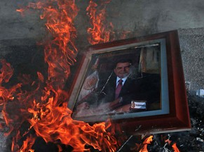 epa04445583 A portrait of Guerrero governor Angel Aguirre Rivero is burnt at the Government palace, in Chilpancingo, Mexico, 13 October 2014. A group of students got into the Government palace and destroyed several furniture pieces in protest about the lack of information on their 43 classmates who dissappeared on 26 September 2014.  EPA/Jose Luis de la Cruz