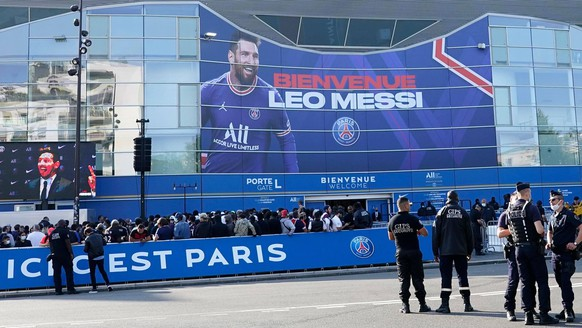 Mandatory Credit: Photo by Dave Winter/Shutterstock 12256731a General view of the stadium before Lionel Messi is presented as PSG s latest signing at the Parc des Princes, Paris Lionel Messi press conference, PK, Pressekonferenz Football, Parc des Princes, Paris, France - 11 August 2021 EDITORIAL USE ONLY No use with unauthorised audio, video, data, fixture lists, club/league logos or live services. Online in-match use limited to 120 images, no video emulation. No use in betting, games or single club/league/player publications. Lionel Messi Press Conference, Football, Parc des Princes, Paris, France - 11 August 2021 EDITORIAL USE ONLY No use with unauthorised audio, video, data, fixture lists, club/league logos or live services. Online in-match use limited to 120 images, no video emulation. No use in betting, games or single club/league/player publications. PUBLICATIONxINxGERxSUIxAUTXHUNxGRExMLTxCYPxROMxBULxUAExKSAxONLY Copyright: xDavexWinter/Shutterstockx 12256731a