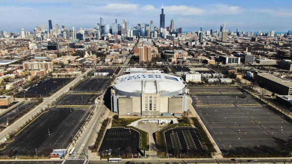 epa08322791 A photo made with a drone shows the United Center which is home to the Chicago Bulls of the NBA and the Chicago Blackhawks of the NHL in Chicago, Illinois, USA, 25 March 2020. The arena and outside campus of parking lots will be transformed into a logistics hub for assisting in front line food distribution, first responder staging and the collection of critically needed medical supplies for those involved in the fight against the coronavirus SARS-CoV-2 which causes the Covid-19 disease.  EPA/TANNEN MAURY