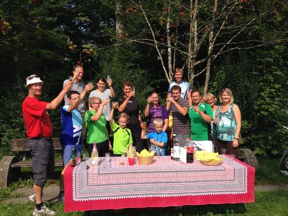 Ankunft in Wald (Gemeinde 529). Familie und Freunde bereiten einen kleinen Willkommensapero vor.