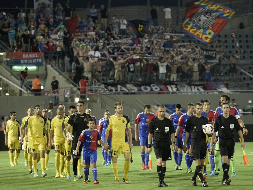 FC Basel's fans, back, welcome the temas entering the picth prior to a Champions League third qualifying round second leg match between Israel's Maccabi Tel Aviv FC and Switzerland's FC Basel 1893 at the Bloomfield stadium in Tel Aviv, Israel, on Tuesday, August 6, 2013. (KEYSTONE/Georgios Kefalas)