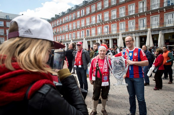 epa06704256 FC Bayern Munich fans enjoy the sunny weather at Plaza Mayor in Madrid, Spain, 01 May 2018. Real Madrid and Bayern Munich will play a second leg Champions League semi final match later in the day at Santiago Bernabeu stadium.  EPA/Luca Piergiovanni