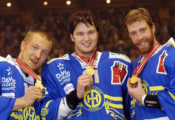 NHL-player Joe Thornton from Canada, NHL-Lockout Boston Bruins, NHL-player Rick Nash from Canada, NHL-Lockout Columbus Blue Jackets, and NHL-player Niklas Hagman from Finland, NHL-Lockout Florida Panters, from right to left, show their medals after Davos won the final game against ZSC Lions, Thursday evening, April 7, 2005 in Davos, Switzeralnd. Davos is the new Swiss champion.   (KEYSTONE/PHOTOPRESS/Eddy Risch)