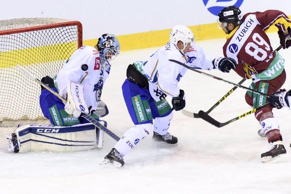 Le joueur zougois, Santeri Alatalo, centre, lutte pour le puck avec le joueur genevois, Cody Almond, droite, devant le gardien zougois, Tobias Stephan, gauche, lors du match de hockey sur glace de demi-finale de la Coupe de Suisse, Swiss Ice Hockey Cup, entre le Geneve Servette HC et le HEV Zoug, ce mercredi 4 janvier 2017 a la patinoire des Vernets a Geneve. (KEYSTONE/Martial Trezzini)
