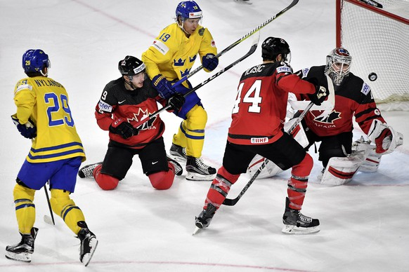 epa05980060 Sweden's forward William Nylander (L) and Sweden's forward Nicklas Backstrom (3-L) in action against Canada's Matt Duchene, Marc-Edouard Vlasic and goalie Calvin Pickard (L-R) during the 2017 IIHF Ice Hockey World Championship final between Canada and Sweden in Cologne, Germany, 21 May 2017.  EPA/SASCHA STEINBACH