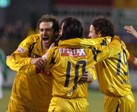 Der Berner Thomas Haeberli, links, freut sich mit Hakan Yakin, Mitte, und Carlos Varela, rechts, ueber sein 2: 5, im Fussballspiel FC St. Gallen gegen den BSC Young Boys, am Samstag, 1. Dezember 2007, im Stadion Espenmoos in  St. Gallen. (KEYSTONE/Regina Kuehne)
