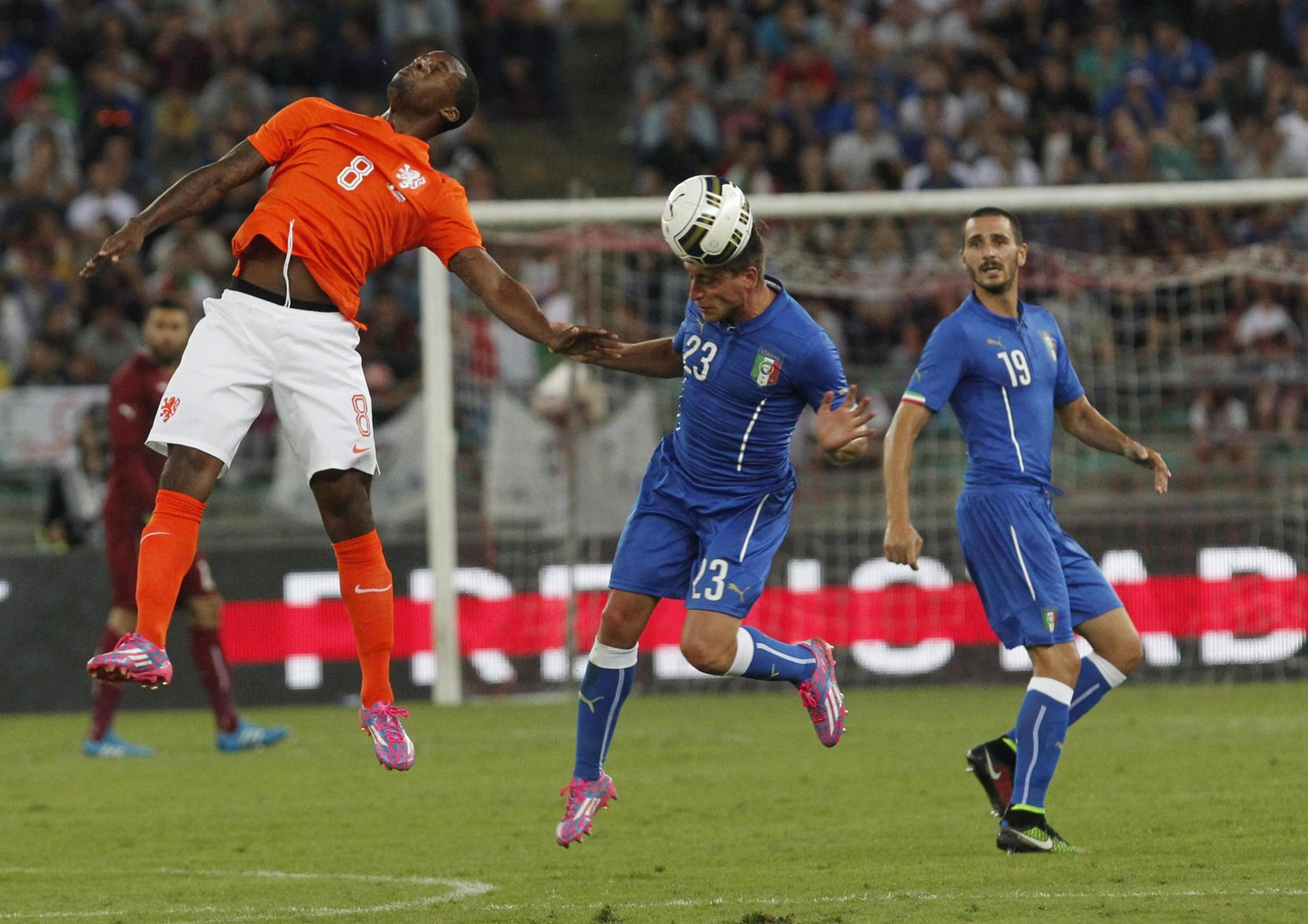 epa04384861 Italy's Emanuele Giaccherini (C) and Dutch player Georginio Wijnaldum (L) in action during the international friendly soccer match between Italy and the Netherlands at San Nicola stadium in Bari, Italy, 04 September 2014.  EPA/CIRO DE LUCA