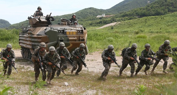 epa04337350 South Korean and US Marines undergo a joint combat drill in Pohang, southeastern South Korea, 01 August 2014. About 400 marines from both countries took part in the drill that began on 21 July.  EPA/YONHAP SOUTH KOREA OUT