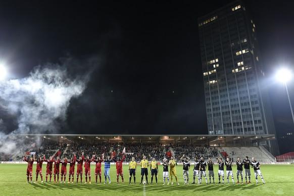 Die beiden Teams der Winterthurer und des FC Lugano begruessen die Fans vor dem Schweizer Cup Achtelfinal Fussballspiel zwischen dem FC Winterthur und dem FC Lugano am Donnerstag, 29. Oktober 2015, auf der Schuetzenwiese in Winterthur. (KEYSTONE/Valeriano Di Domenico)