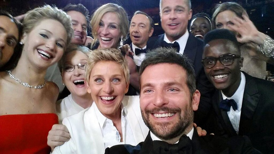 JAHRESRUECKBLICK 2014 – PEOPLE – This image released by Ellen DeGeneres shows actors, front row from left, Jared Leto, Jennifer Lawrence, Meryl Streep, Ellen DeGeneres, Bradley Cooper, Peter Nyong'o Jr. and, second row, from left, Channing Tatum, Julia Roberts, Kevin Spacey, Brad Pitt, Lupita Nyong'o and Angelina Jolie as they pose for a