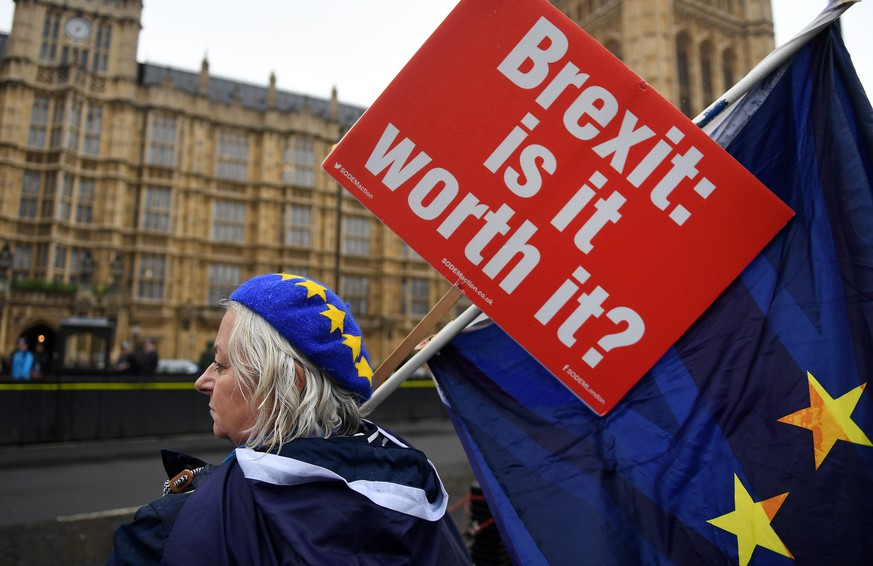 epa07099915 Anti Brexit campaigners protest outside the Houses of Parliament in central London, Britain, 17 October  2018. British Prime Theresa May is set to meet EU leaders later in the day in Brussels to discuss a possible Brexit deal.  EPA/ANDY RAIN