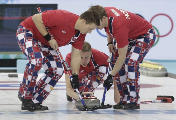 Norway's lead Haavard Vad Petersson (C) delivers a stone Christoffer Svae (L) and Torger Nergaard sweep during their men's curling round robin game against Switzerland in the Ice Cube Curling Centre at the Sochi 2014 Winter Olympic Games February 16, 2014. REUTERS/Ints Kalnins (RUSSIA  - Tags: SPORT OLYMPICS SPORT CURLING)