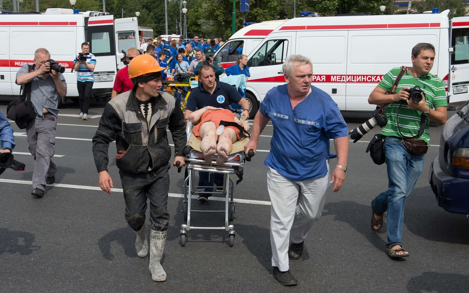 Rescuers and paramedics evacuate passengers injured as several subway cars derailed in Moscow, on July 15, 2014. Three people died and dozens were injured today after a train derailed  in the Moscow metro in a tunnel between Park Pobedy and Slavyansky Bulvar stations, in the west of Moscow, city authorities said. AFP PHOTO / DMITRY SEREBRYAKOV