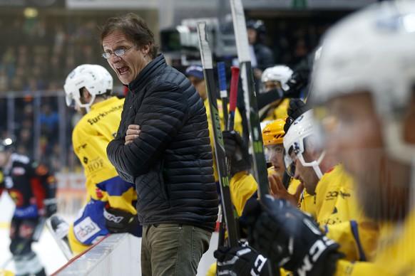 Davos Cheftrainer Arno Del Curto gibt Anweisungen im Eishockey Meisterschaftsspiel der National League A zwischen dem SC Bern und dem HC Davos, am Freitag, 21. Oktober 2016, in der Postfinance Arena in Bern. (KEYSTONE/Peter Klaunzer)