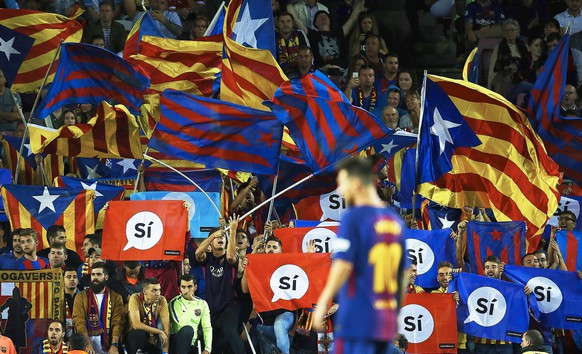 epaselect epa06214509 FC Barcelona fans hold signs supporting the Catalan independence referendum during the Spanish Primera Division soccer match between FC Barcelona and SD Eibar at the Camp Nou in Barcelona, Spain, 19 September 2017.  EPA/ALEJANDRO GARCIA