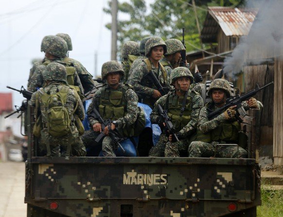 epa06005006 Filipino government troops on a truck maneuver at a deserted street as fighting between Islamist militants and government forces continues in Marawi City, Mindanao Island, southern Philippines, 02 June 2017. According to news reports, at least 174 people have been killed in ongoing clashes between militants linked to the so-called Islamic State (IS or ISIS, ISIL) militant group and the Philippine Army in the southeastern city of Marawi. The clashes began on 23 May when a military operation failed to capture Isnilon Hapilon, the leader of the extremist group Abu Sayyaf who was being safeguarded by members of the Maute Group, both groups pledged alliance to IS. Philippine President Rodrigo Duterte declared martial law for the island of Mindanao on the same day that the conflict emerged.  EPA/FRANCIS R. MALASIG