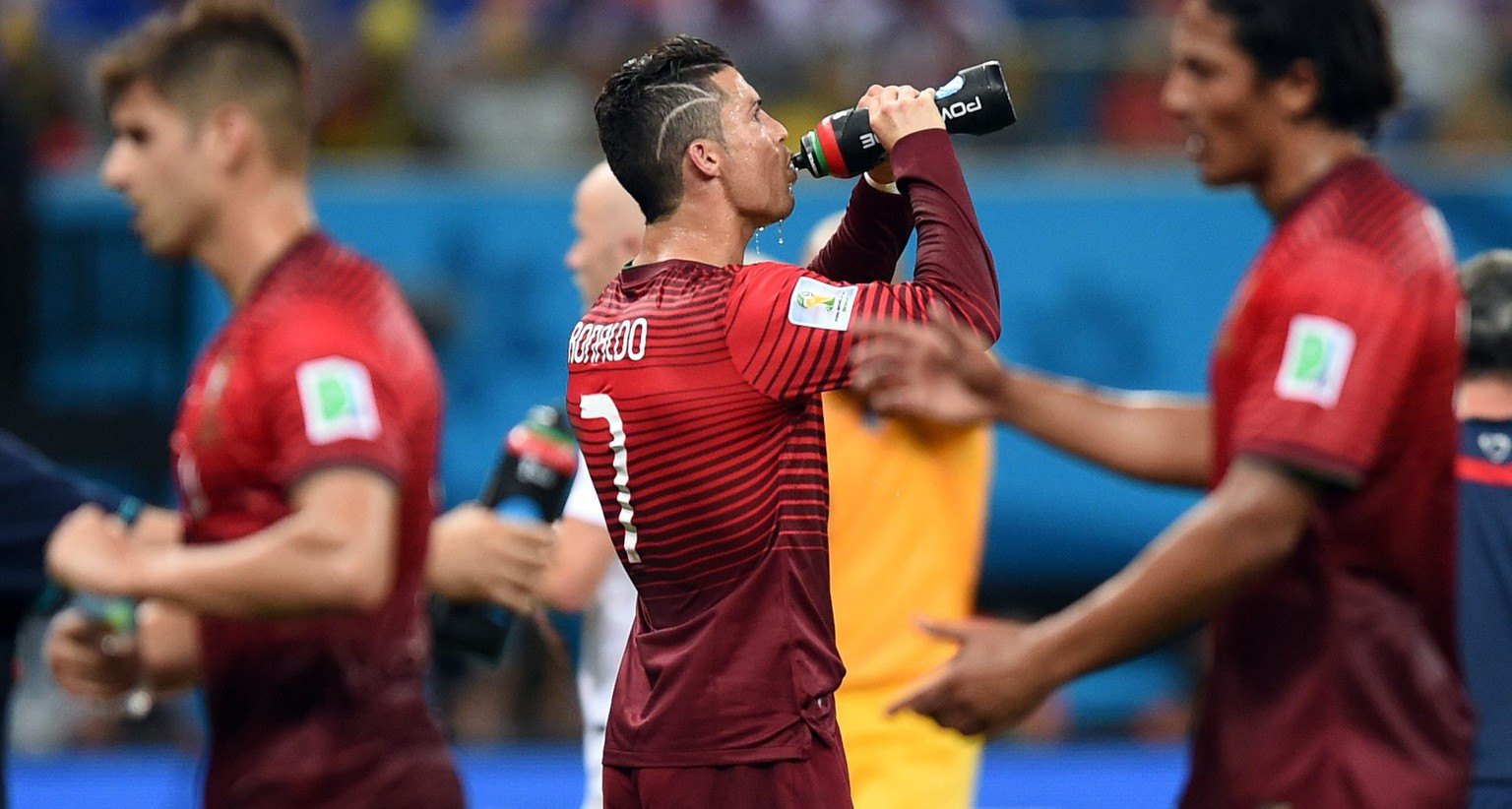 epa04273714 Cristiano Ronaldo (C) of Portugal drinks water during a short break at the FIFA World Cup 2014 group G preliminary round match between the USA and Portugal at the Arena Amazonia Stadium in Manaus, Brazil, 22 June 2014