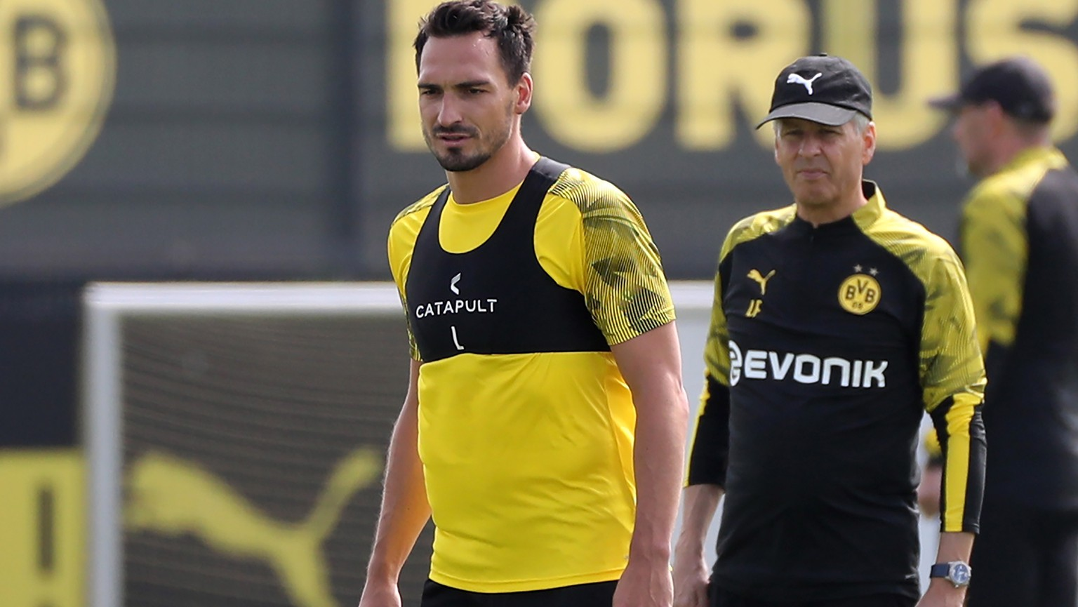 epa07696688 Dortmund's Mats Hummels and Dortmund's head coach Lucien Favre during a training session in Dortmund, Germany, 05 July 2019. Dortmund will play friendly matches against MLS team Seattle Sounders on 17 July and English Premier League team Liverpool on 19 July.  EPA/FRIEDEMANN VOGEL