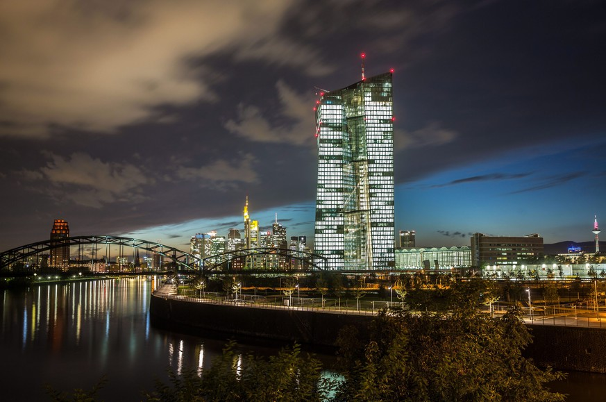 ARCHIVBILD ZUR MELDUNG, DASS DIE EZB DEN LEITZINS AUF NULL PROZENT HAELT, AM DONNERSTAG, 27. APRIL 2017 - epa04455458 The new building of the European Central Bank ECB (R) is illuminated while dominating the skyline of Frankfurt, Germany, on 20 October 2014 evening. The ECB is scheduled to inform the public on the status of the construction works on 22 October 2014.  EPA/FRANK RUMPENHORST