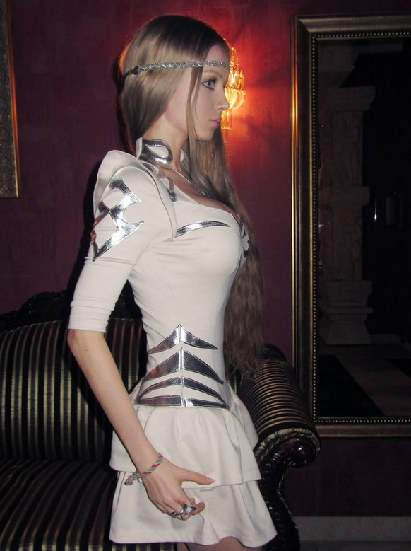 Real-life Barbie doll seeks international fame... But does she even exist? 21-year-old Valeria Lukyanova, from Russia, describes herself as the most famous Russian woman on the Russian-language internet/ genaues Aufnahmedatum unbekannt[Most little girls grow up playing with Barbie dolls. Some even want to look like them. One 21-year-old has become one, or so she says. Valeria Lukyanova has become an internet sensation in her home country of Russia, claiming on her blog to be the most famed woman on the Russian-language internet. Her doll-like features, long blonde hair and perfect body make her look like a real life Barbie. In fact, with her tiny waist and large breasts, she bears such a resemblance to the famed plastic doll that cynical web users have been speculating about whether or not she is real. In a spoof video posted on YouTube an animated version of the model undergoes surgery to enhance her already prominent assets.The girl checks into a plastic surgeons office. As she lies on an operating table, the surgeon uses a hand-held pump to enlarge her breasts, before giving her a face-lift using putty and a chainsaw. Horrified viewers have slammed the model over her looks. One commented: She looks not only ugly, but ridiculous while another wrote: A woman with completely perfect features is a boring woman Others were kinder to the blonde beauty. One asked: Isn't unhealthy obsession on looking like a Barbie doll a part of her identity though? But the big question remains unanswered: Is Valeria real or is this an elaborate Photoshop hoax? More normal photos on her Facebook page of the 21-year-old wearing far less make-up suggest she does exists.] (FOTO: DUKAS/ACTIONPRESS)