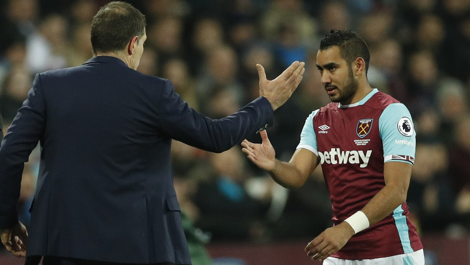Britain Football Soccer - West Ham United v Manchester United - Premier League - London Stadium - 2/1/17 West Ham United's Dimitri Payet shakes the hand of West Ham United manager Slaven Bilic after he is substituted off  Action Images via Reuters / John Sibley Livepic EDITORIAL USE ONLY. No use with unauthorized audio, video, data, fixture lists, club/league logos or