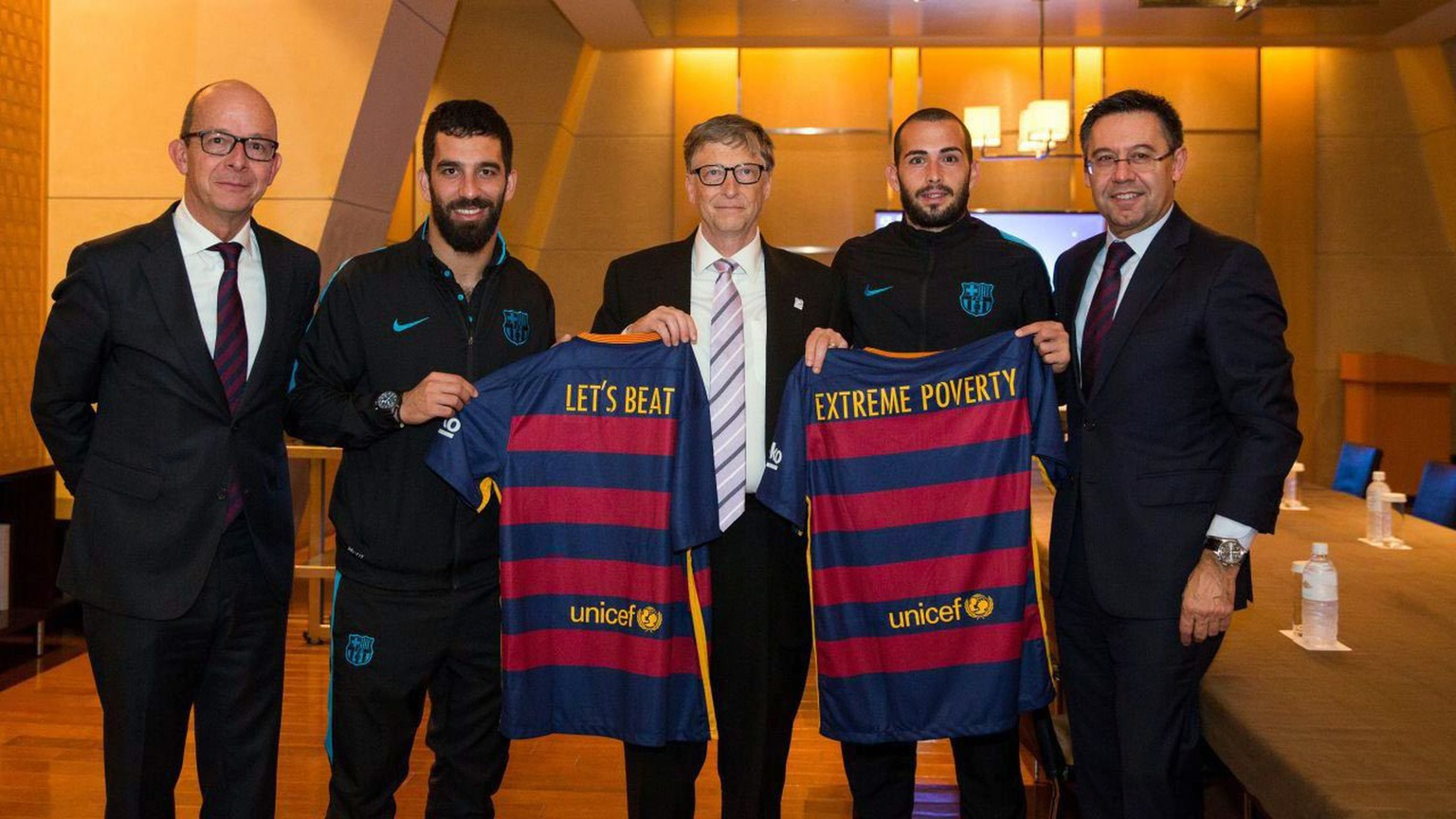 epa05071236 A handout picture provided by FC Barcelona shows FC Barcelona's president, Josep Maria Bartomeu (R), first vice president of the club's Social Area Jordi Cardoner (L), Turkish midfielder Arda Turan (2L), and Spanish Aleix Vidal, posing with Microsoft founder and co-chair of the Bill & Melinda Gates Foundation, Bill Gates (C), during a meeting in Tokyo, Japan, 16 December 2015. The Spanish team board members met with Gates in order to analyze the joint projects of Bill & Melinda Gates Foundation and FC Barcelona Foundation.  EPA/FC BARCLEONA  HANDOUT EDITORIAL USE ONLY/NO SALES