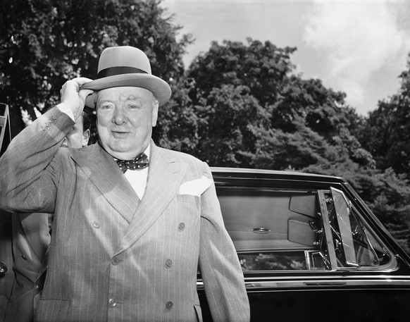 ZUM 50. TODESTAG DES BRITISCHEN POLITIKERS WINSTON CHURCHILL AM SAMSTAG, 24. JANUAR 2015, STELLEN WIR IHNEN FOLGENDES BILDMATERIAL ZUR VERFUEGUNG – British Prime Minister Winston Churchill holds his Homberg hat against a gust of wind as he arrives at the White House in Washington on June 29, 1954 for his last talk with President Eisenhower on international problems. (KEYSTONE/AP Photo/Charles Gorry)