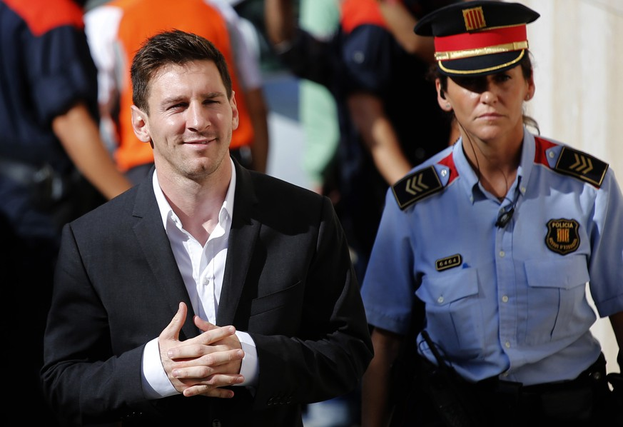 FILE - In this Sept. 27, 2013 file photo, Barcelona F.C. star Lionel Messi, left, arrives at a court to answer questions in a tax fraud case in Gava, near Barcelona, Spain. Barcelona prosecutors are calling for the arrest of Messi's father in a tax fraud case. Prosecutors have cleared Messi of wrongdoing but are seeking an 18-month prison sentence for his father, Jorge Horacio Messi, for allegedly defrauding Spain's tax office of 4 million euros ($4.5 million) in unpaid taxes from 2007-09. (AP Photo/Emilio Morenatti, File)