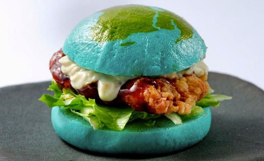 tonkatsu burger japan blaues brot http://kotaku.com/is-this-blue-burger-amazing-or-disgusting-1623192062