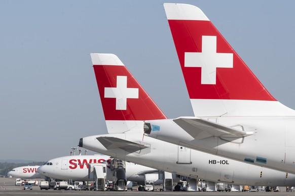 ARCHIVBILD ZUR MELDUNG, DASS DER BUNDESRAT SCHWEIZER AIRLINES MIT 1,3 MILLIARDEN FRANKEN HELFEN WILL - Parked planes of the airline Swiss at the airport in Zurich, Switzerland on Friday, 17 April 2020. The bigger part of the Swiss airplanes are not in use due to the outbreak of the coronavirus. (KEYSTONE/Ennio Leanza)