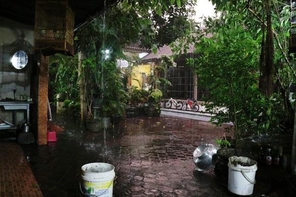 tel:  Halli Hallo :)  Tollen Regen-Liveticker, den ihr da habt :D Ich weile momentan für Freiwilligenarbeit auf Bali bei einer balinesischen Familie. Ich weiss, eigentlich informiert watson vor allem über schweizerische Neuigkeiten, aber vielleicht interessiert euch auch das: In Bali regnet es momentan ebenfalls sehr oft (und stark!), obwohl es dry season ist. Die Familie spricht von global warming...  Vielleicht eine Meldung wert?  liebi Grüessli salliona
