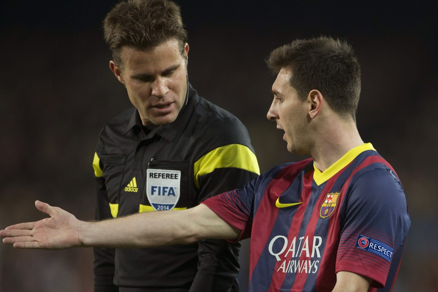 epa04150189 FC Barcelona´s Argentinean forward Leo Messi (R) talks with German referee Felix Brych (L) during their UEFA Champions League first leg match played at Camp Nou stadium in Barcelona, Catalonia, Spain, 01 April 2014.  EPA/ALEJANDRO GARCIA