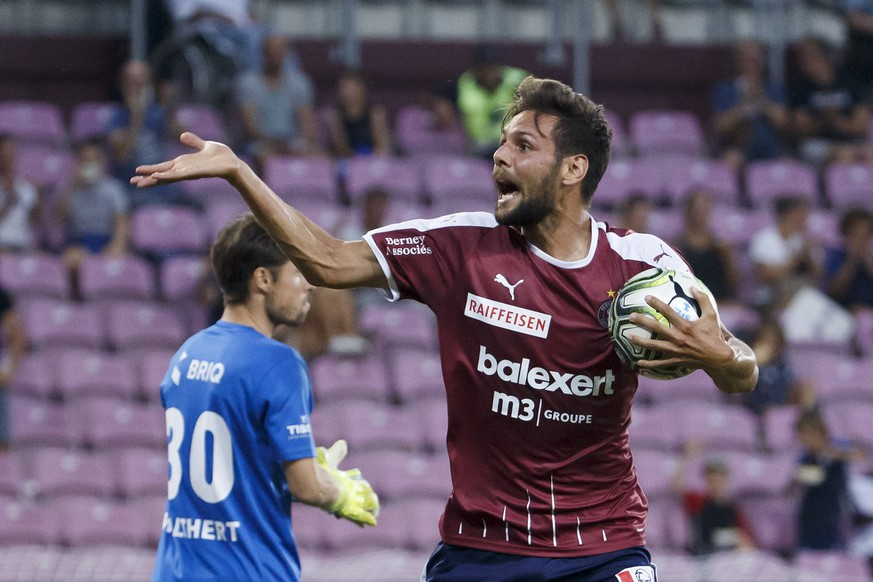 Servette's defender Vincent Sasso celebrates his goal after scoring the 1:2, during the Super League soccer match of Swiss Championship between Servette FC and Neuchatel Xamax FCS, at the Stade de Geneve stadium, in Geneva, Switzerland, Saturday, August 31, 2019. (KEYSTONE/Salvatore Di Nolfi)
