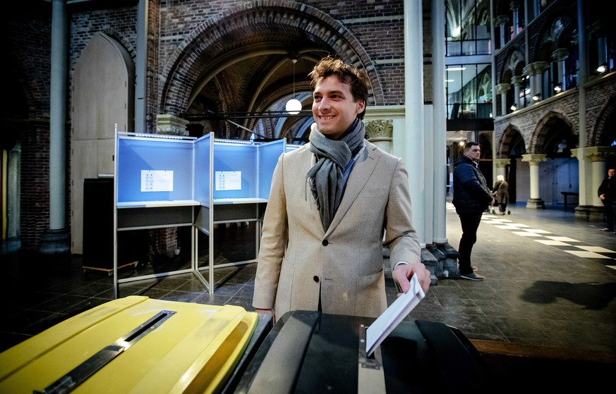 epa07450045 Thierry Baudet, leader of the Dutch Forum for Democracy party, casts his vote for the provincial and water authorities elections in Amsterdam, The Netherlands, 20 March 2019. Dutch citizens are voting to elect 12 provincial councils and the members of 21 local water authorities.  EPA/ROBIN VAN LONKHUIJSEN