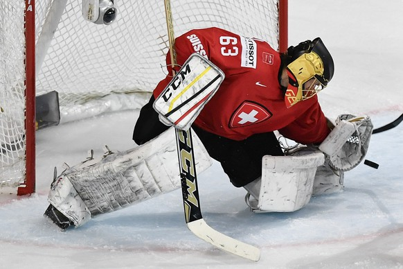 Switzerland's goaltender Leonardo Genoni saves the puck during the Ice Hockey World Championship group B preliminary round match between Switzerland and France in Paris, France on Tuesday, May 9, 2017. (KEYSTONE/Peter Schneider)