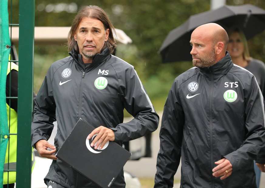 epa06212496 Wolfsburg's new head coach Martin Schmidt (L) arrives with assistant coach Stefan Sartori for his first training with the German Bundesliga soccer team VfL Wolfsburg in Wolfsburg, Germany, 18 September 2017. Schmidt replaces Andries Jonker who was sacked on the same day.  EPA/FOCKE STRANGMANN