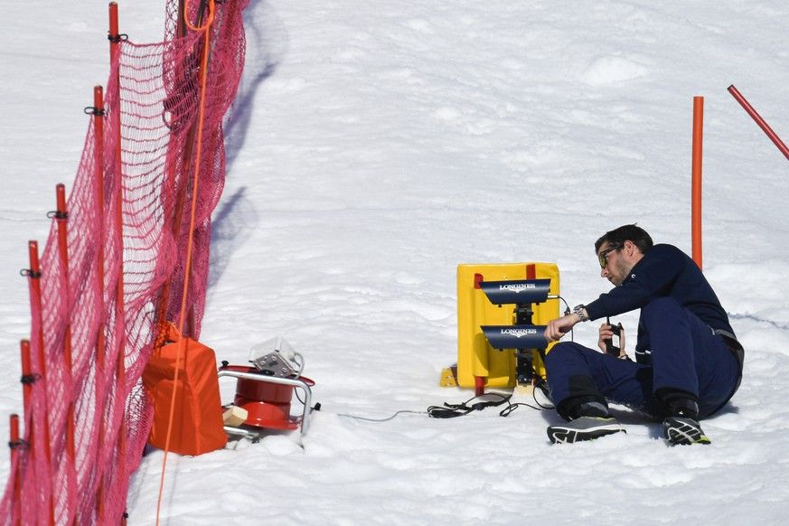 A man set's the timekeeping during the women's Downhill race of the FIS Alpine Ski World Cup season in Crans-Montana, Switzerland, Saturday, February 23, 2019. (KEYSTONE/Alessandro della Valle)